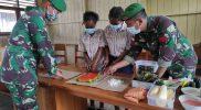 Prajurit Yon 403/WP ajarkan perempuan perbatasan Papua-PNG bikin olahan singkong. (Foto : dokumentasi Yon 403/WP)