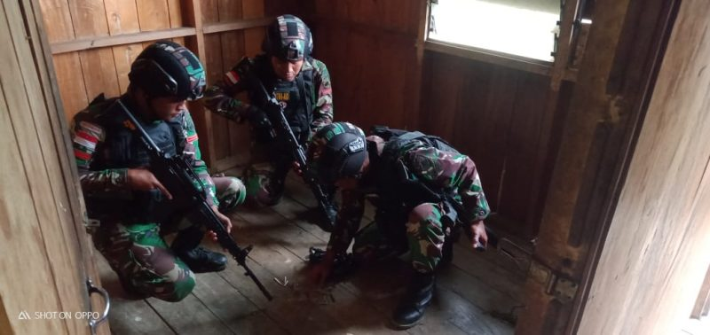 Prajurit Satgas Yonif 403/WP lakukan penggeledahan dan mendapati narkoba jenis ganja sebanyak 6 paket.    (Foto : dokumentasi Yonif 403/WP)