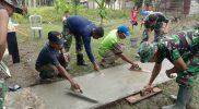 Prajurit Yon 403/WP ersama warga gotong-royong perbaiki posyandu. (Foto:: dokumentasi Yonif 403/WP)