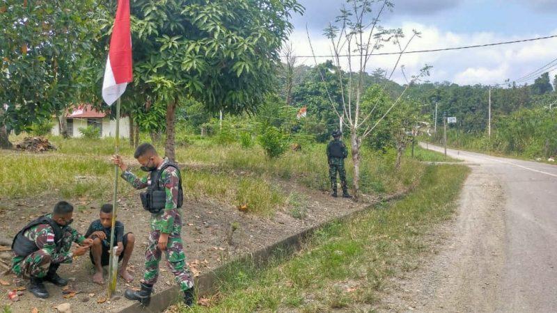 Prajurit Satgas Yonif 512/QY bersama warga perbatasan memasang bendera peringati HUT RI ke -76.  (Foto: dokumentasi Yonif 512/QY)