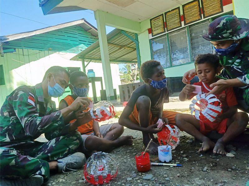 Anak-anak di perbatasan RI-PNG antusias diajarkan membuat lampion dari botol bekas. (Foto: Pen Satgas Yonif 403/WP)