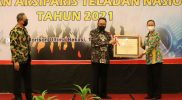 Kepala ANRI, Imam Gunarto menyerahkan penghargaan pada Arsiparis Teladan Kabupaten Magelang, Agustina Dwi Krismayanti. (Foto: Dokumentasi Humas/beritamagelang)