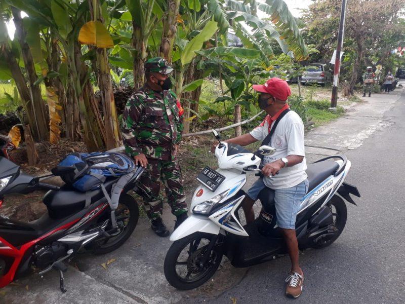 Danramil 02/Tegalrejo Mayor Arh Asil Harjanta menyapa warga. (Foto: dokumen Koramil Tegalrejo)