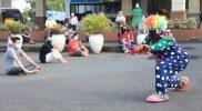 Musik dan Badut persembahan mahasiswa UIN Walisongo jadi hiburan pasien Covid-19 yang jalani isolasi. (Foto: Humas Jateng)