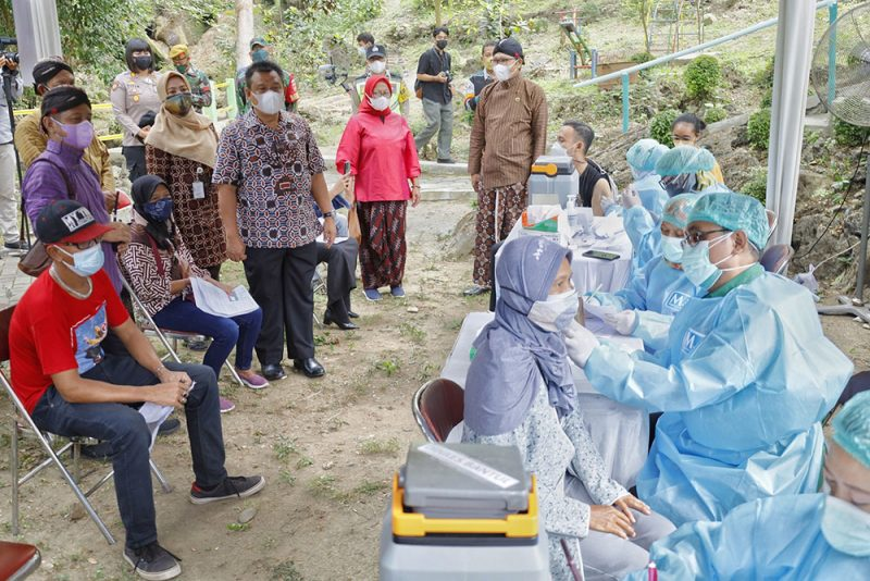 Wakil Bupati Bantul, Joko B. Purnomo saat meninjau pelaksanaan vaksinasi pelaku wisata di Goa Selarong. (Foto: Humas Kab. Bantul)