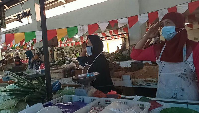 Para pedagang di pasar Batang ini juga mengikuti upacara bendera. (Foto:Diskominfo Jateng)