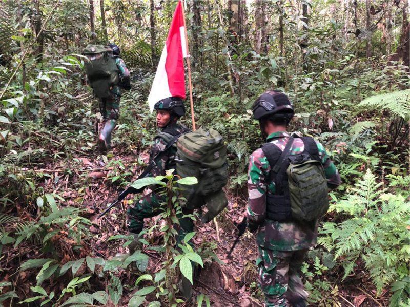 Pos KM 140 Satgas Pamtas TNI Yonif Mekanis 403/Wirasada Pratista melaksanakan kegiatan patroli patok perbatasan. (Foto: Pen Satgas Yonif Mekanis 403/WP)