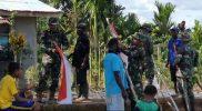 Prajurit Yon 403/WP bersama warga perbatasan memasang bendera Merah Putih. (Foto: dokumentasii Penerangan Yon 403/WP)