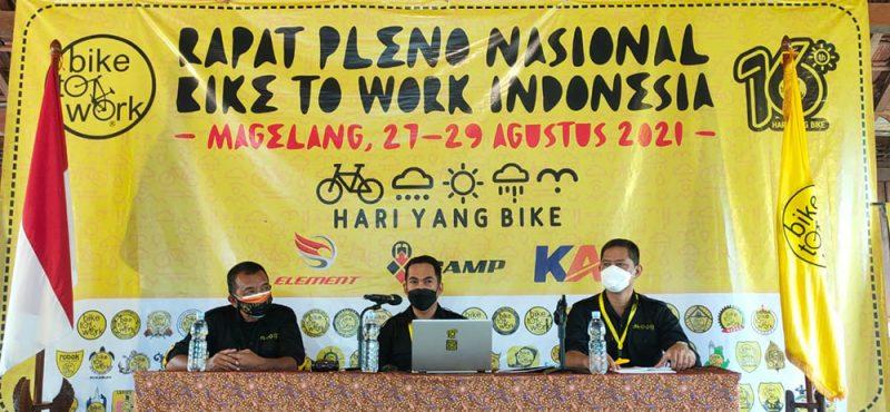 Tak hanya rapat kerja dan rapat pleno nasional. B2W juga gowes bareng di sekitar kawasan wisata Borobudur. (Foto: Humas/beritamagelang)