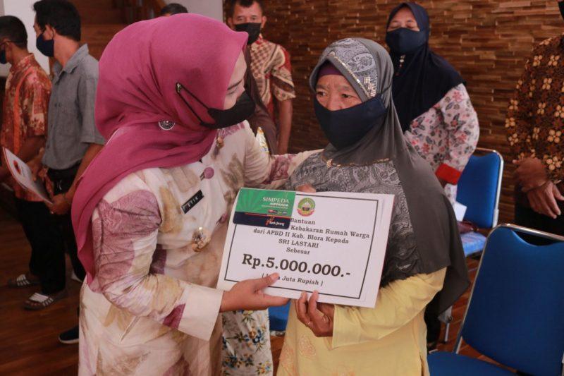 Wakil Bupati Blora Tri Yuli Setyowati menyerahkan bantuan bagi sejumlah warga korban kebakaran. (Foto:Prokompim Blora/Diskominfo Jateng)
