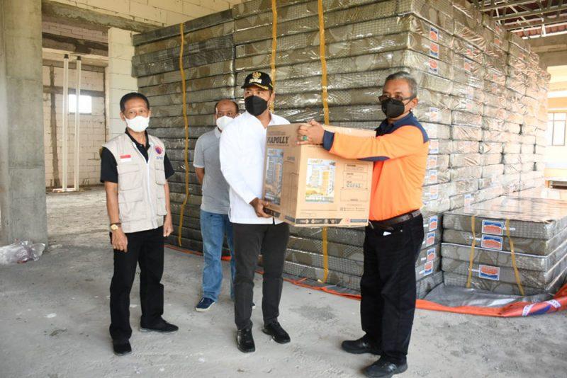 Bupati Karanganyar, Juliyatmono menerima bantuan dari BNBP di Kantor BPBD. (Foto: Diskominfo Kabupaten Karanganyar)