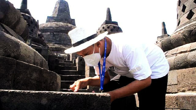 Petugas Balai Konservasi Borobudur meneliti abu vulkanik Merapi. (Foto: Humas/beritamagelang)