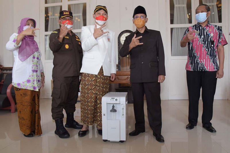 Sebanyak 100 konsentrator oksigen siap pakai diberikan secara langsung oleh Wakil Walikota (Wawali) Surakarta, Teguh Prakosa dan diterima oleh Bupati Boyolali, M. Said Hidayat. (Foto:Diskominfo Boyolali)