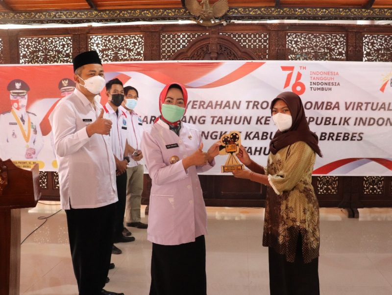 Bupati Brebes, Idza Priyanti menyerahkan hadiah bagi pemenang lomba. (Foto: Diskominfo Brebes)