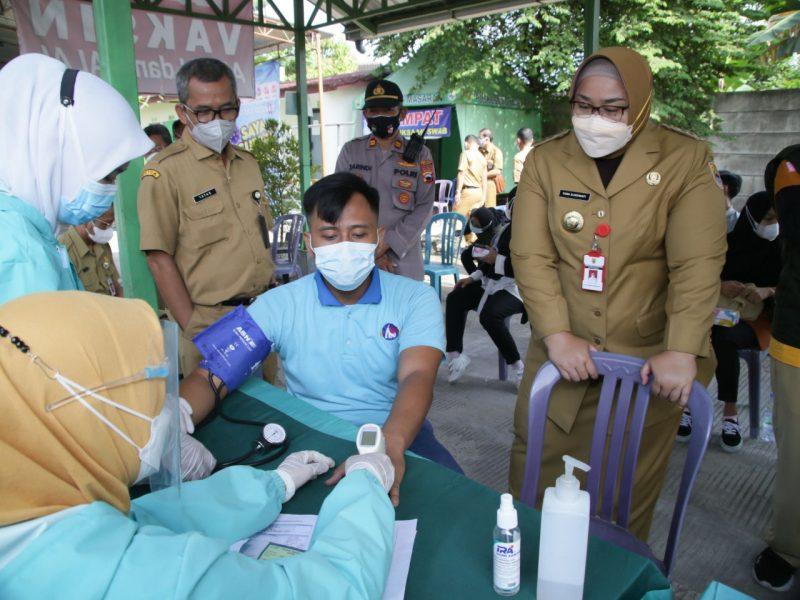 Bupati Sragen, Kusdinar Untung Yuni Sukowati saat memantau jalannya vaksinasi. (Foto: Diskominfo Sragen)