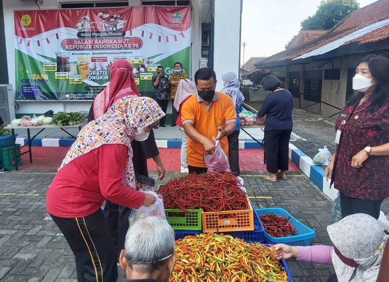 Selain ASN di lingkungan Provinsi Jateng, Peni juga mengatakan aksi borong cabai dari petani juga akan dilakukan oleh ASN di daerah. Hal ini dilakukan untuk membantu petani agar tidak merugi. (Foto: Humas Jateng)