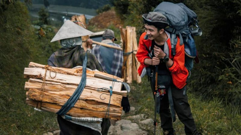 Para pendaki lokal bersiap menuju ke puncak gunung Sumbing dari basecamp Butuh Kaliangkrik. (Foto: Humas/beritamagelang)
