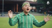 Rafael Putra Robert dengan lagu barunya 'Damai Indonesiaku' ciptaan Anton Obama. (Foto: YouTube PT Aoma Record Indonesia)