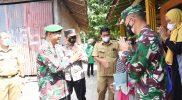 Danrem 072/Pmk bersama Ketua Persit KCK Koorcab Rem 072 PD IV/Dip memberikan bantuan sebagai tali asih untuk membantu meringankan beban anak-anak yang telah yatim Piatu. (Foto:Penrem 072/Pmk)