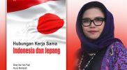 Desy Nur Aini Fajri dan buku Hubungan Kerjasama Indonesia dan Jepang yang ditulis bersama mahasiswanya. (Foto: dokumentasi graha ilmu)