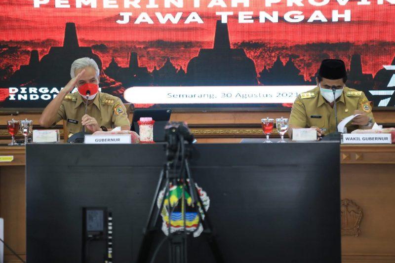 Ganjar Pranowo saat rapat penanganan Covid-19 dengan Kabupaten/ Kota se-Jawa Tengah secara daring. (Foto: Humas Jateng)