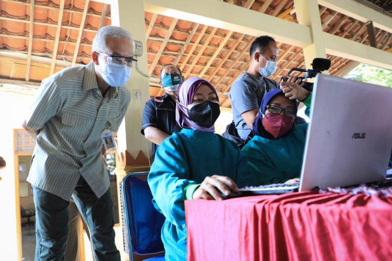 Buntut dari protes bupati/wali kota di Jateng, Ganjar Pranowo mengecek langsung data vaksinani ke lapangan. (Foto: Humas Jateng)
