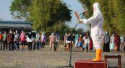 Ganjar Pranowo memimpin upacara HUT Kemerdekaan RI di RSDC Asrama Haji Donohudan dengan memakai hazmat. (Foto: Humas Jateng)