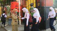 Gubernur Ganjar Pranowo saat memantau hari perttama PTM di SMP 13 Semarang. (Foto: Diskominfo Jateng)