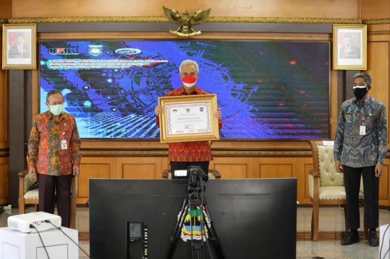 Gubernur Jateng Ganjar Pranowo menerima penghargaan provinsi terbaik dalam penyelesaian tindak lanjut hasil pengawasan penyelenggaraan (TLHP) pemerintahan daerah. (Foto: Humas Jateng)
