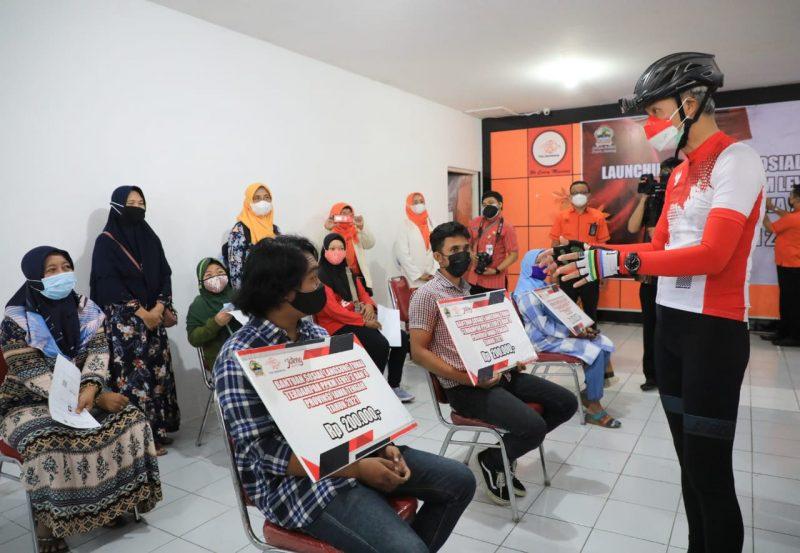 Ganjar Pranowo ikut hadir untuk menyerahkan secara simbolis bantuan sosial tunai yang diselenggarakan Dinas Sosial Provinsi Jateng, di Kantor Pos Semarang. (Foto: Humas Jateng)