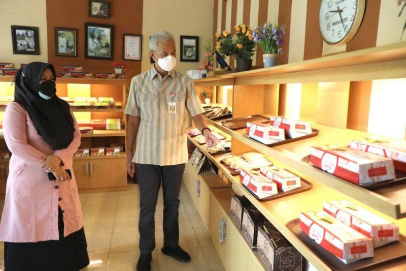 Ganjar Pranowo saat mampir ke salah satu toko roti di Pati. (Foto: Humas Jateng)