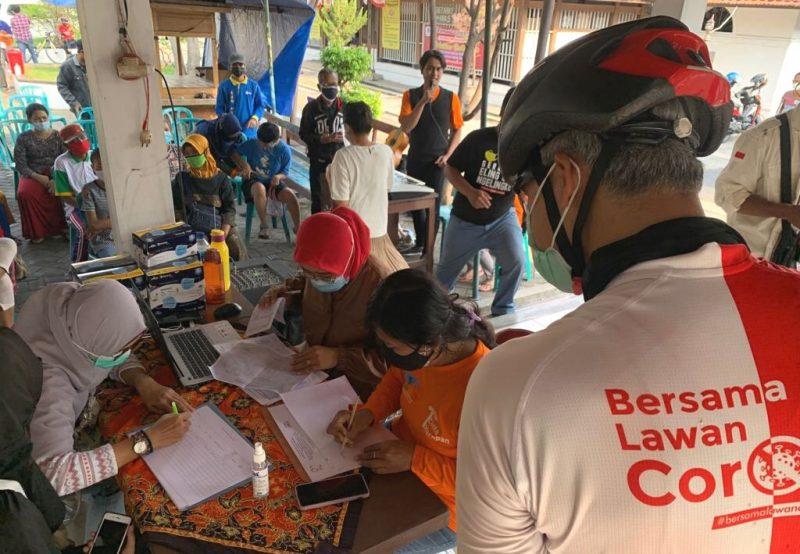 Sembari gowes pagi, Gubernur Jawa Tengah Ganjar Pranowo menyempatkan mampir, meninjau pelaksanaan vaksinasi. (Foto:Humas Jateng)