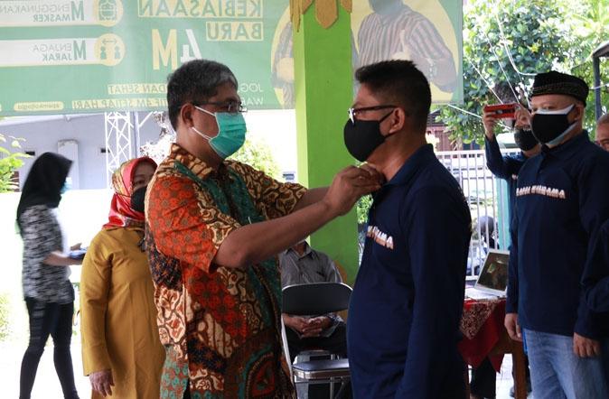 Mantri Kemantren Tegalrejo Antariksa Agus Purnama mengukuhkan 13 relawan Garda Wiratama. (Foto: Humas Pemkot Yogyakarta)