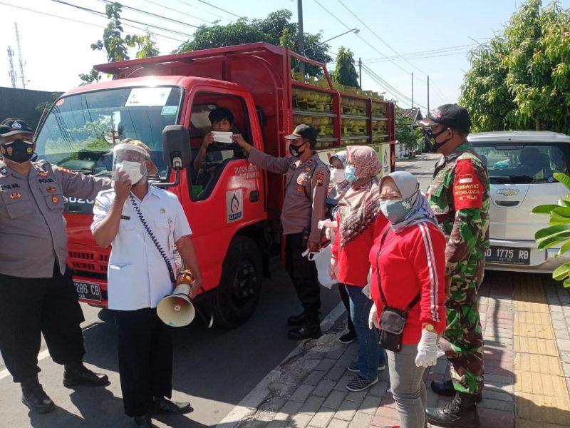 Aparat gabungan Kecamatan Gatak terus menerus tanpa kenal lelah mengimbau warga untuk melasanakan gerakan 5M. (Foto: Humas Pemkab Sukoharjo)