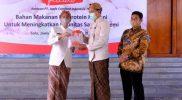 Wali Kota Surakarta Gibran Rakabuming menerima bantuan 1.000 paket bantuan telur dan ayam dari dari Japfa PT Ciomas Adisatwa. (Foto: Humas Pemkot Surakarta)