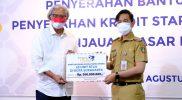 Gibran Rakabuming menerima secara simbolis bantuan dari Bank Jateng untuk Perbaikan 20 RTLH di Solo. (Foto: Humas Pemkot Surakarta)