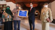 Nugroho Joko Prastowo menyerahkan sisa 100 tabung oksigen secara simbolis kepada Wali Kota Surakarta, Gibran Rakabuming. (Foto: Humas Pemkot Surakarta)