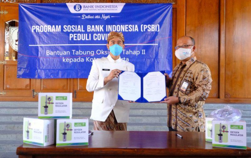 Gibran Rakabuming Raka menerima bantuan tahap kedua dari Bank Indonesia. (Foto: Humas Pemkot Surakarta)