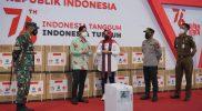 Walikota Surakarta, Gibran Rakabumining saat menyerahkan bantuan oxygen concentrator kepada Pemkab Klaten. (Foto: Diskominfo Klaten)