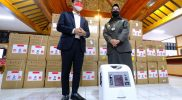 Walikota Surakarta, Gibran Rakabuming menyerahkan bantuan konsentrator oksigen kepada Pemkab Karanganyar dan Pemkab Sukoharjo. (Foto: Humas Pemkot Surakarta)