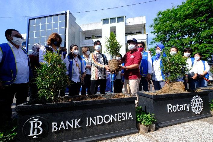 Wali Kota Surakarta Gibran Rakabuming Raka menanam tanaman hias pucuk merah bersama pengurus Rotary Club Solo. (Foto: Humas Pemkot Surakarta)
