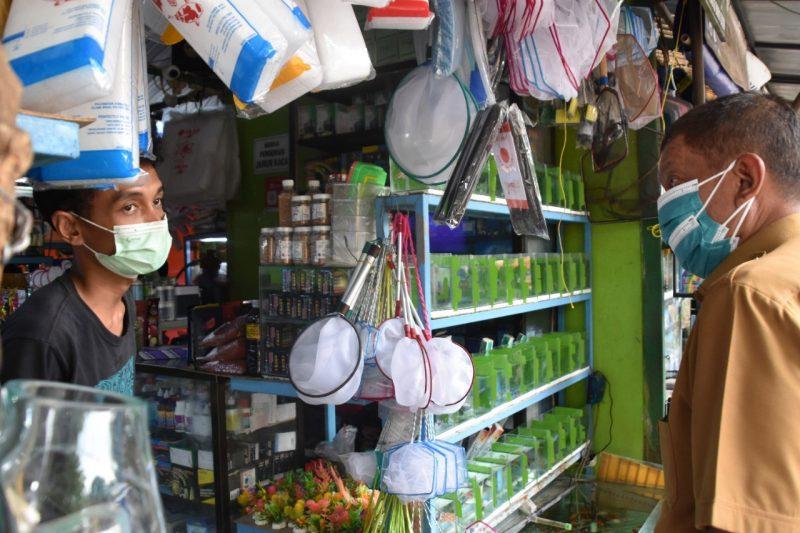 Wali kota Yogyakarta Haryadi Suyuti ketika berdialog dengan salah satu pedagang di PASTY. (Foto: Humas Pemkot Yogyakarta)