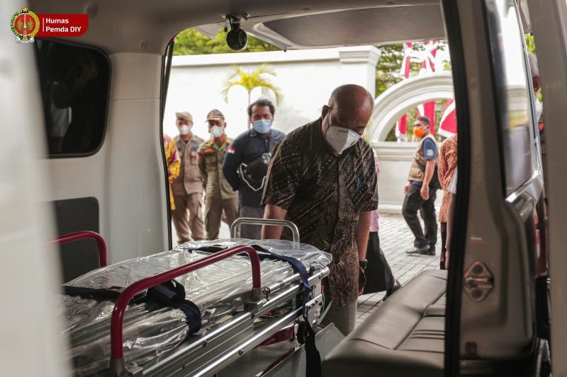 Wakil Gubernur DIY, KGPAA Paku Alam X melihat unit mobil ambulans bantuan hibah dari BNPB.  Pemda DIY menerima bantuan penanganan Covid-19 berupa 1 unit mobil ambulans dan 1 unit mobil jenazah. (Foto: Humas Pemda DIY)
