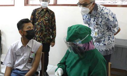 Ganjar Pranowo, saat memantau vaksinasi pelajar di SMAN3 Surakarta. (Foto: Humas Jateng)