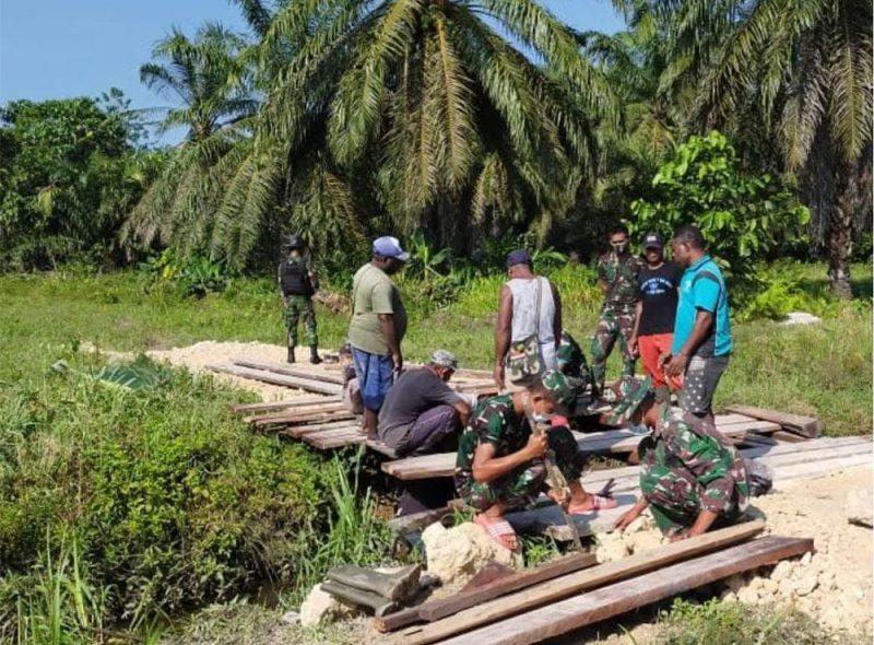 Jembatan ini mendesak dibenahi karena menjadi salah satu akses keluar masuknya warga kampung. (Foto: Dokumentasi Yonif Mekanis 512/QY)