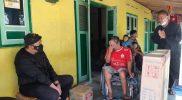 Joso Wiyono terharu dikunjungi Wakil Bupati dan memberinya bantuan kursi roda. (Foto:Diskominfo Karanganyar)
