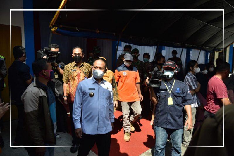 Bupati Kebumen, Arif Sugiyanto saat mengunjungi pelaksanaan vaksin bagi pelaku UMKM. (Foto: Kominfo Kebumen)