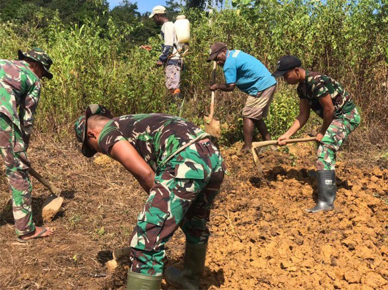 Poskoki Yuruf Satgas Pamtas Yonif Mekanis 403/Wirasada Pratista mengajak masyarakat memanfaatkan lahan tidur agar dapat diolah menjadi lahan produktif.  (Foto: Pen Satgas Yonif 403/WP)