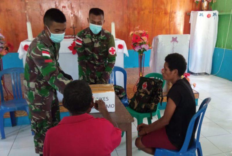 Prajurit Satgas Yon 403/WP berikan layanan kesehatan kepada warga perbatasan Papua-PNG.  (Foto : Penerangan Satgas Yon 403/WP)
