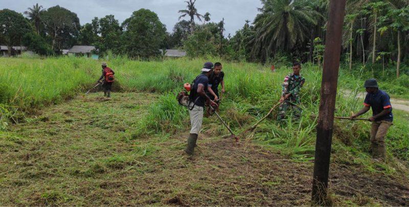 Prajurit  Yon 403/WP dan warga keja bakti siapkan lahan perkebunan. (Foto: dokumentasi  Yon 403/WP)